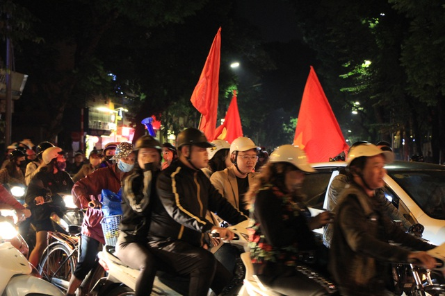 Hà Nội lại một đêm vui không ngủ, ăn mừng chiến thắng của tuyển Việt Nam - 4
