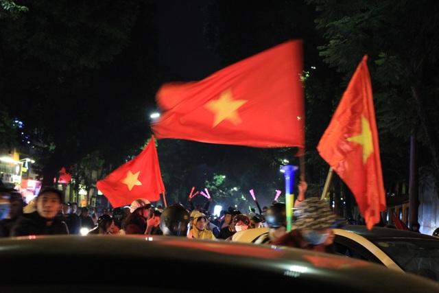 Hà Nội lại một đêm vui không ngủ, ăn mừng chiến thắng của tuyển Việt Nam - 9