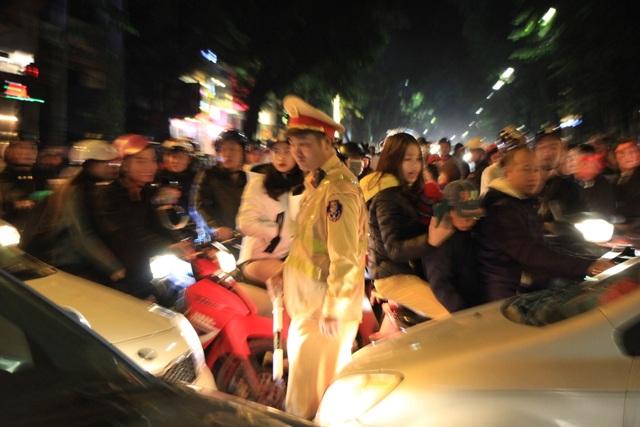 Hà Nội lại một đêm vui không ngủ, ăn mừng chiến thắng của tuyển Việt Nam - 12