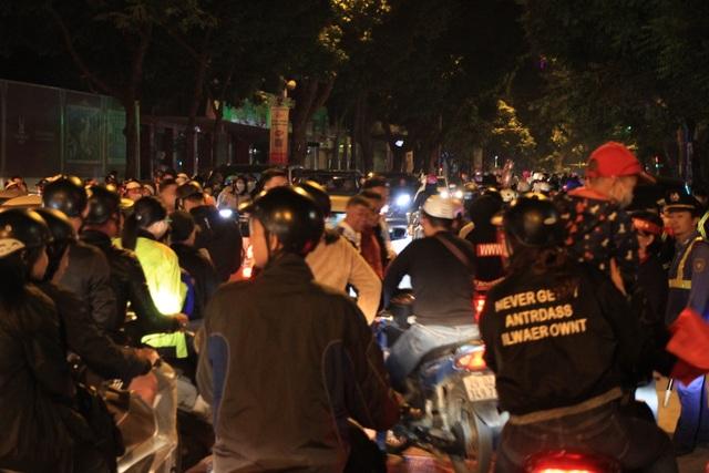 Hà Nội lại một đêm vui không ngủ, ăn mừng chiến thắng của tuyển Việt Nam - 11