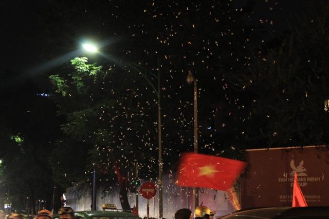 Hà Nội lại một đêm vui không ngủ, ăn mừng chiến thắng của tuyển Việt Nam - 8