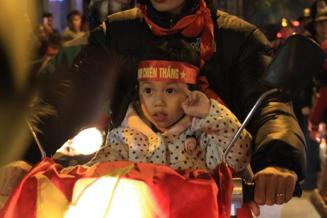 Hà Nội lại một đêm vui không ngủ, ăn mừng chiến thắng của tuyển Việt Nam - 6