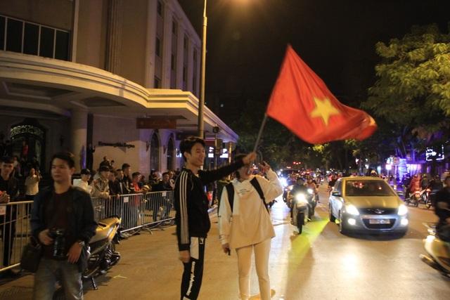 Hà Nội lại một đêm vui không ngủ, ăn mừng chiến thắng của tuyển Việt Nam - 10