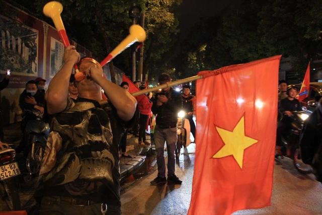 Hà Nội lại một đêm vui không ngủ, ăn mừng chiến thắng của tuyển Việt Nam - 7