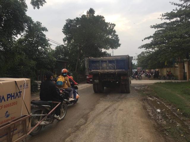 """Tái diễn cảnh đường biến thành ao tại Quảng Bình: Xe chở đất """"dàn trận"""", cày nát đường! - 8"""