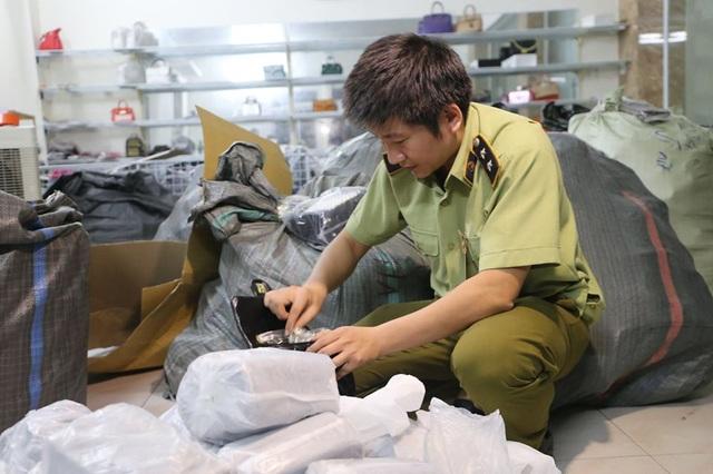 Hà Nội: Đột kích kho buôn, phát hiện hơn 1000 sản phẩm hàng hiệu rởm - 1