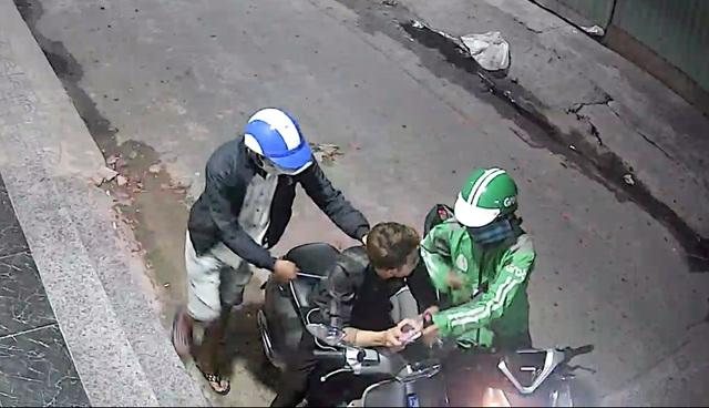 Thanh niên bị cướp dí dao, xịt hơi cay lấy xe máy, điện thoại - 1