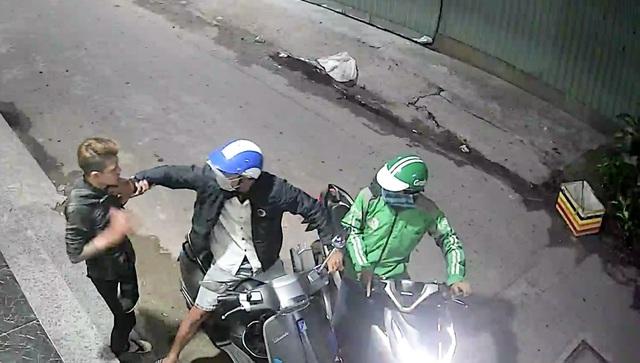 Thanh niên bị cướp dí dao, xịt hơi cay lấy xe máy, điện thoại - 2