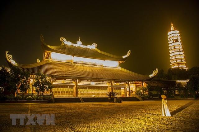 Khám phá vẻ đẹp về đêm của ngôi chùa lớn nhất Việt Nam - 1