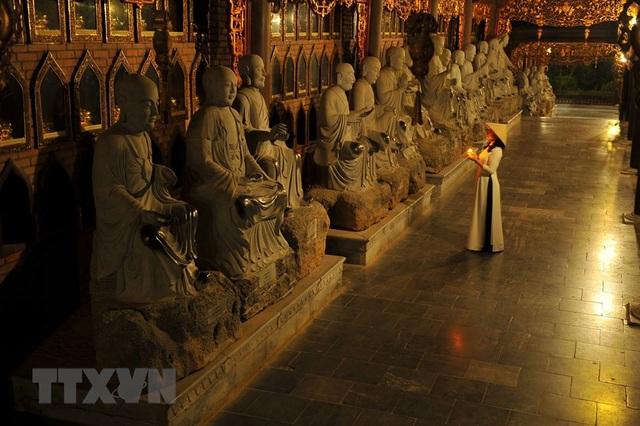 Khám phá vẻ đẹp về đêm của ngôi chùa lớn nhất Việt Nam - 2