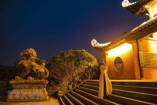Khám phá vẻ đẹp về đêm của ngôi chùa lớn nhất Việt Nam - 3