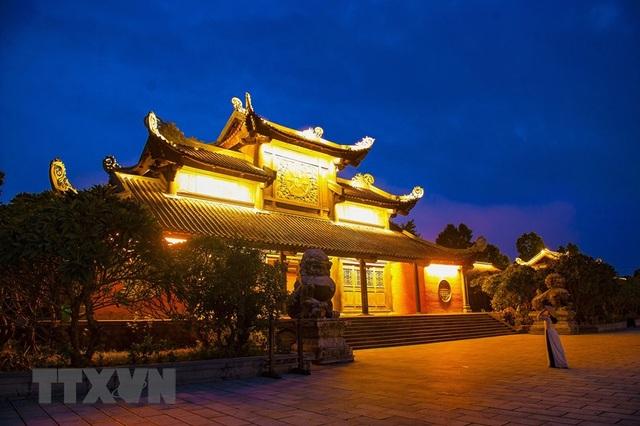 Khám phá vẻ đẹp về đêm của ngôi chùa lớn nhất Việt Nam - 4