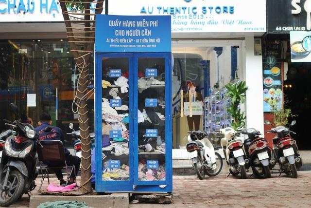 Ấm lòng với loạt tủ đồ miễn phí xuất hiện trên nhiều tuyến phố ở Hà Nội - 1