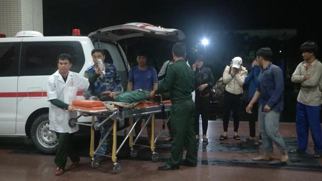 Cảnh sát biển đưa ngư dân bị thương nặng vào bờ cấp cứu - 2