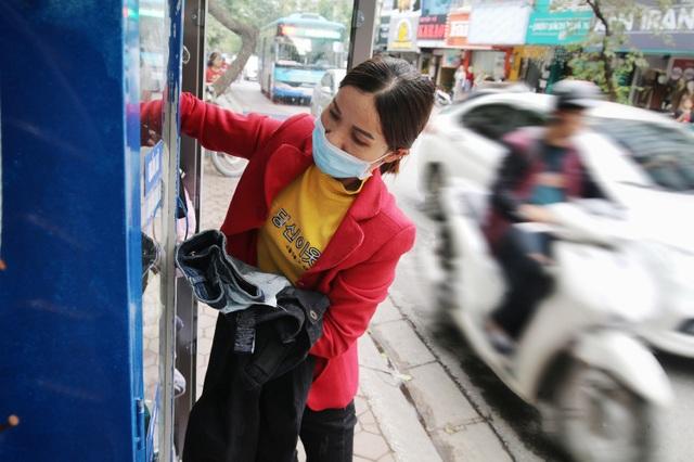 Ấm lòng với loạt tủ đồ miễn phí xuất hiện trên nhiều tuyến phố ở Hà Nội - 10