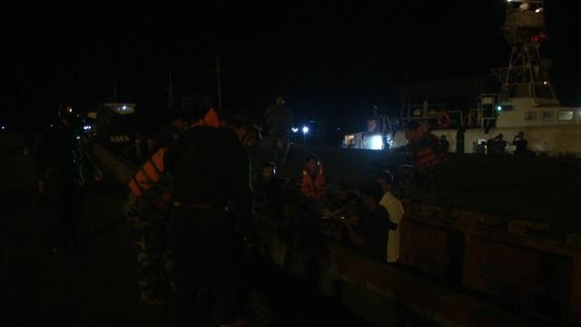 Cảnh sát biển đưa ngư dân bị thương nặng vào bờ cấp cứu - 1