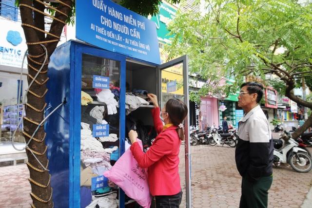Ấm lòng với loạt tủ đồ miễn phí xuất hiện trên nhiều tuyến phố ở Hà Nội - 3