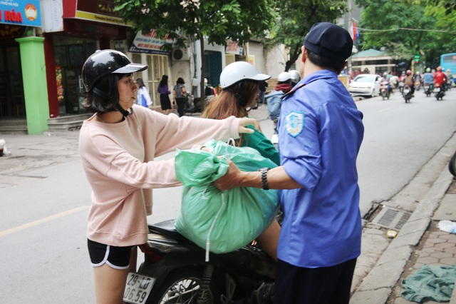 Ấm lòng với loạt tủ đồ miễn phí xuất hiện trên nhiều tuyến phố ở Hà Nội - 5