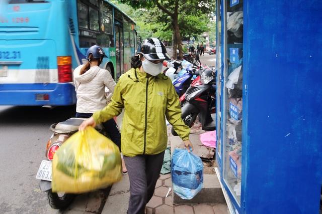 Ấm lòng với loạt tủ đồ miễn phí xuất hiện trên nhiều tuyến phố ở Hà Nội - 6