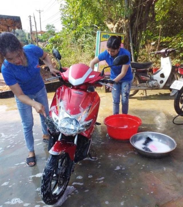 Các bạn trẻ miền núi rửa xe gây quỹ giúp đỡ trẻ em nghèo ăn Tết - 2