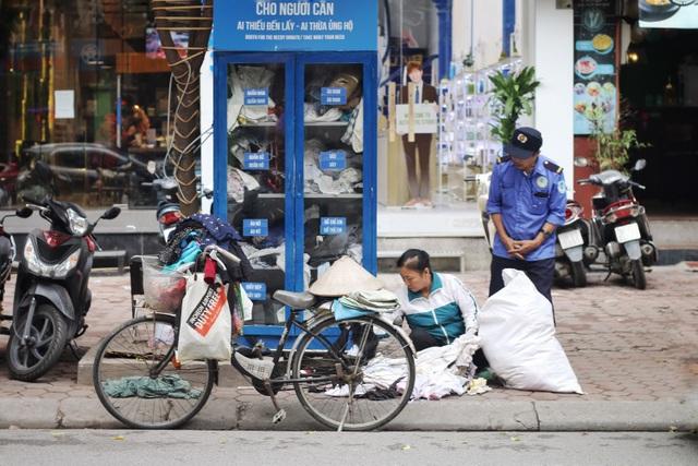 Ấm lòng với loạt tủ đồ miễn phí xuất hiện trên nhiều tuyến phố ở Hà Nội - 7
