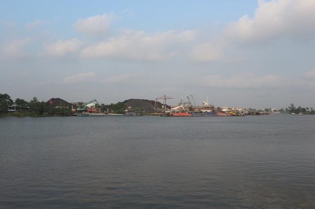 """Nam Định: Dân """"gồng"""" mình gánh bụi từ khu công nghiệp của tỉnh bạn - 1"""