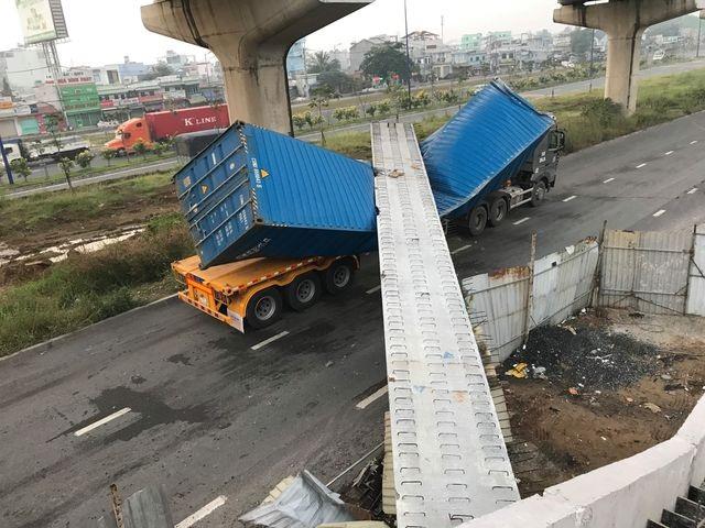 Vụ xe container kéo sập dầm cầu: Dầm cầu vượt thấp hơn thiết kế - 1