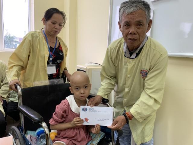 Được bạn đọc giúp đỡ 4 tỉ đồng, ông nội bán lúa non chữa ung thư cho cháu san sẻ nỗi đau - 6