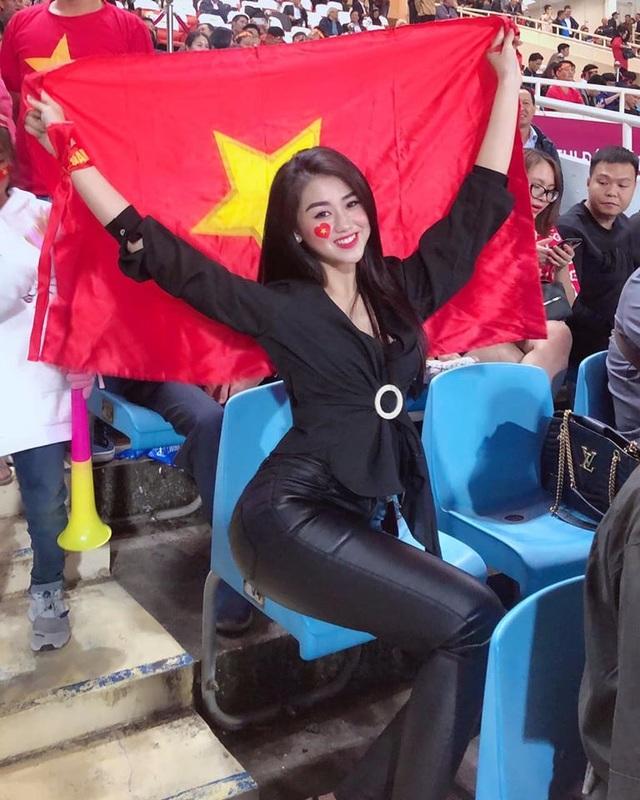 Hot girl lọt máy quay trận Việt Nam - UAE gây sốt là ai ? - 2