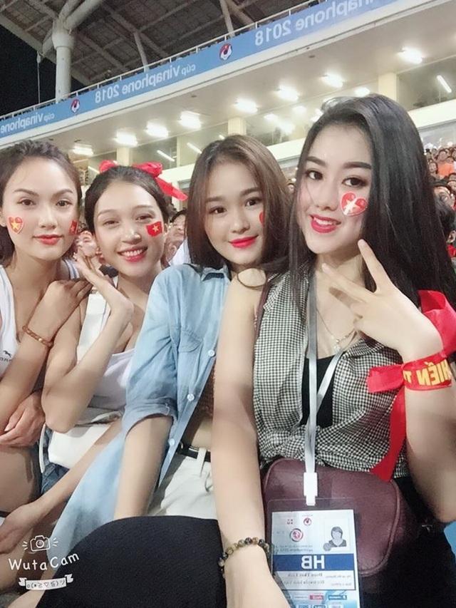 Hot girl lọt máy quay trận Việt Nam - UAE gây sốt là ai ? - 3