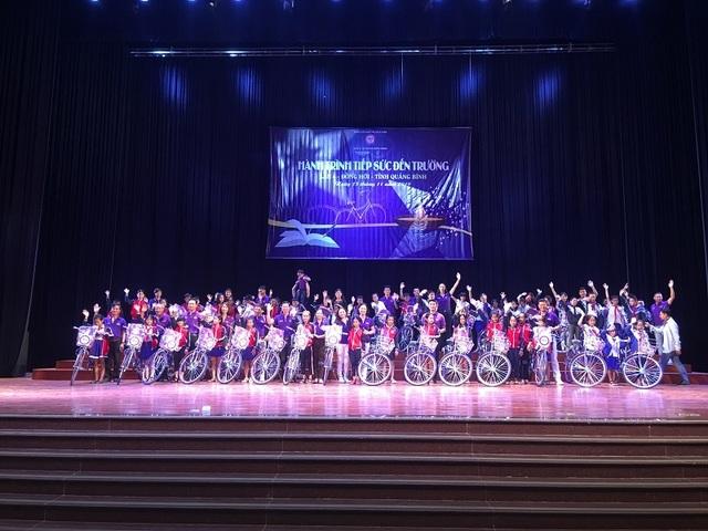 Trao 300 xe đạp, 200 ba lô cho học sinh nghèo vượt khó Quảng Bình - 1