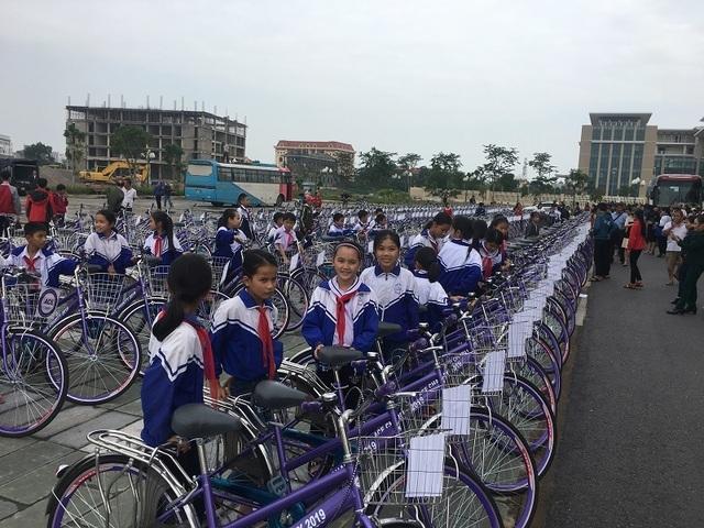 Trao 300 xe đạp, 200 ba lô cho học sinh nghèo vượt khó Quảng Bình - 2