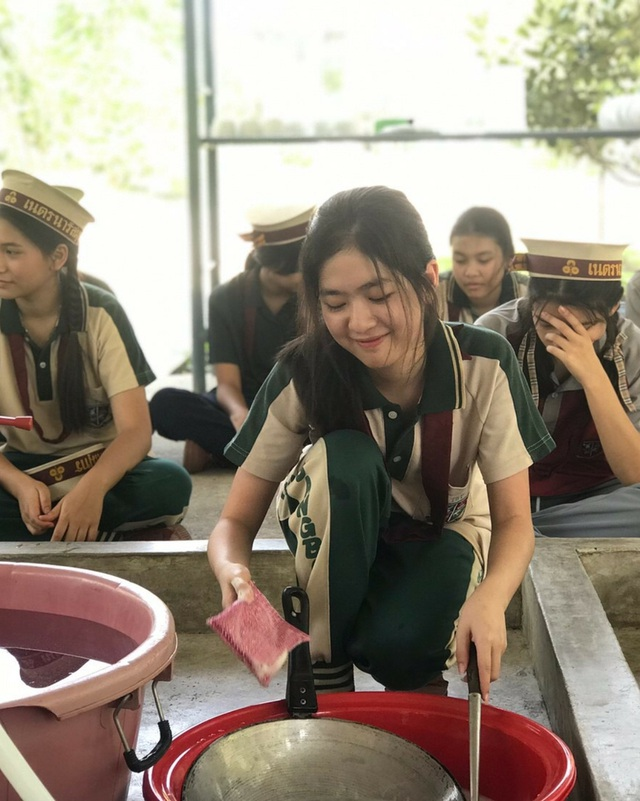 """""""Nữ thần học đường"""" Thái Lan gây """"sốt"""" với ảnh ngồi cặm cụi rửa bát - 3"""
