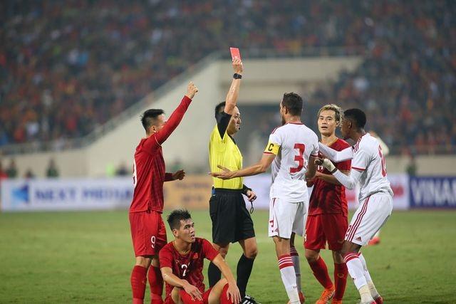 Nhận thẻ đỏ đầy tranh cãi trước Việt Nam, phía UAE phản ứng ra sao? - 1