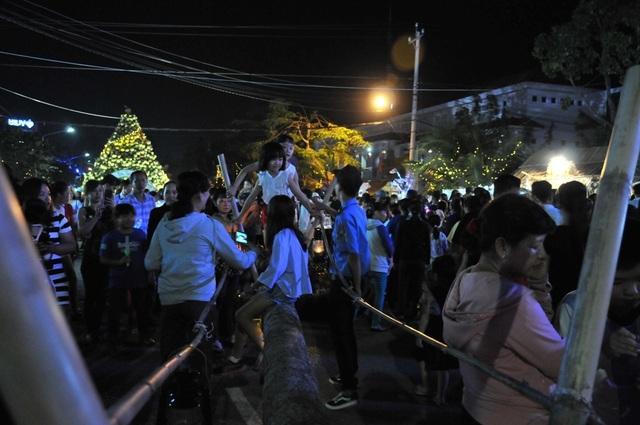 Hàng chục nghìn người đến xem lễ hội Dừa Bến Tre - 8
