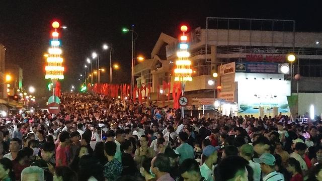 Hàng chục nghìn người đến xem lễ hội Dừa Bến Tre - 2