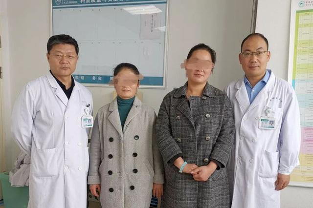 2 chị em ruột tự phát hiện ung thư vú nhờ 1 việc đơn giản, đến bác sĩ cũng phải khen ngợi và khuyên mọi người học theo - 1