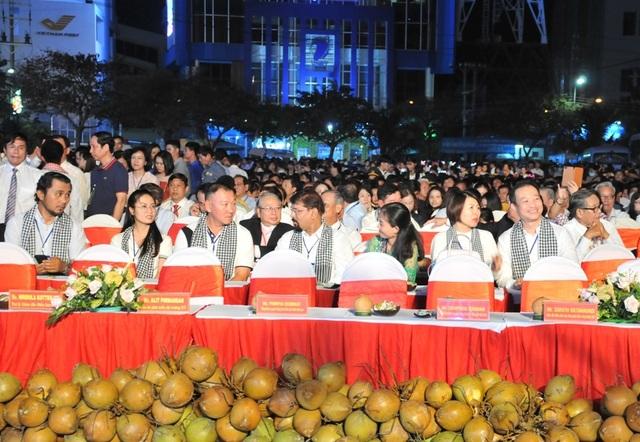 Hàng chục nghìn người đến xem lễ hội Dừa Bến Tre - 9