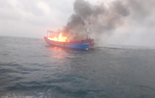 Ngư dân cứu hộ 7 thuyền viên gặp nạn trên tàu cá bị cháy - 1