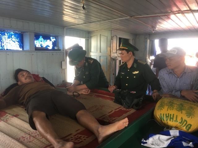 Ngư dân cứu hộ 7 thuyền viên gặp nạn trên tàu cá bị cháy - 3