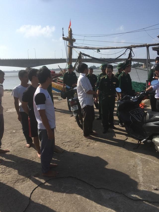 Ngư dân cứu hộ 7 thuyền viên gặp nạn trên tàu cá bị cháy - 2