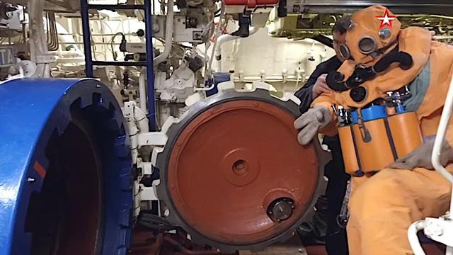 Video thủy thủ tàu ngầm Nga tập thoát hiểm từ ống phóng ngư lôi - 1