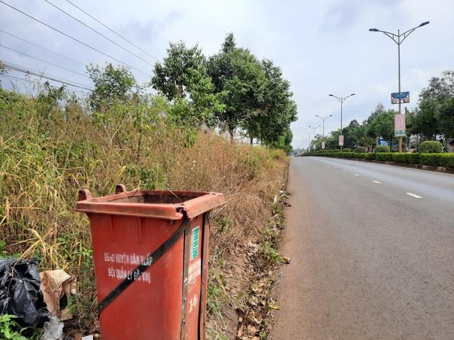 Dân kinh hãi trước cảnh dọn dẹp đường bằng... thuốc diệt cỏ - 2