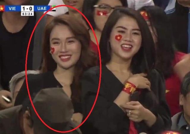Nụ cười của nữ tiếp viên cổ động trận Việt Nam - UAE hút hồn dân mạng - 1