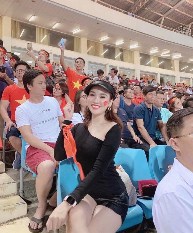 Nụ cười của nữ tiếp viên cổ động trận Việt Nam - UAE hút hồn dân mạng - 4