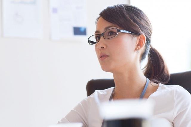 Phụ nữ Nhật nổi giận vì bị cấm đeo kính ở nơi làm việc - 1
