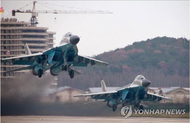 """Ông Kim Jong-un thị sát dàn máy bay quân sự """"bất khả chiến bại"""" của Triều Tiên - Ảnh minh hoạ 2"""
