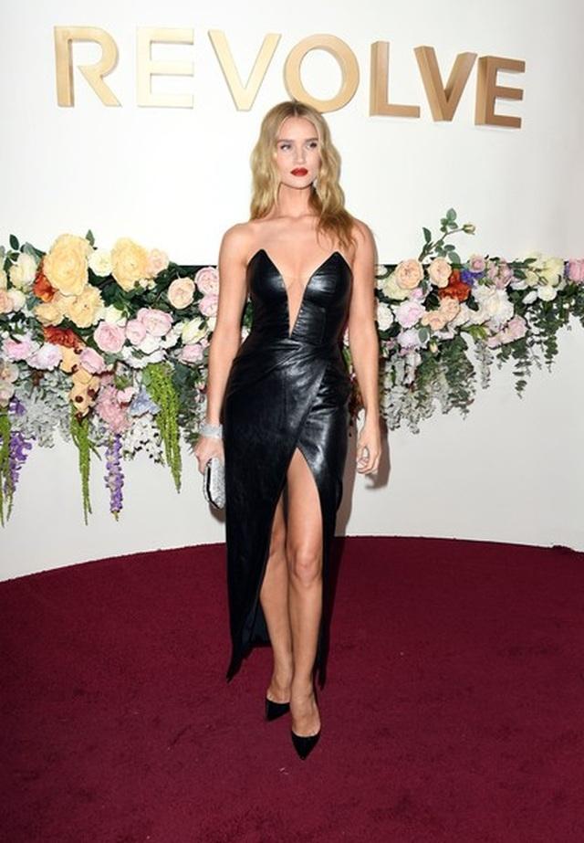 Paris Hilton táo bạo với váy không nội y - 7
