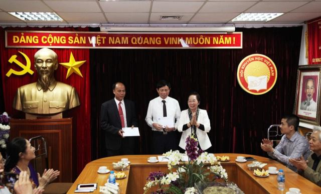 Trung ương Hội Khuyến học VN trao Bảng vàng Khuyến tài cho 2 tác giả đoạt giải thưởng Khuyến tài - Nhân tài đất Việt 2019 - 1