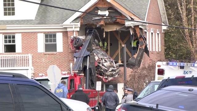 Xe ô tô bất ngờ hạ cánh xuống tầng 2 tòa nhà - 1